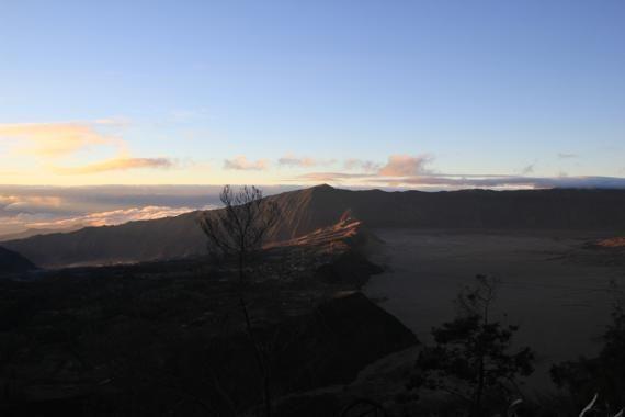 amanecer en el volcan bromo en indonesia